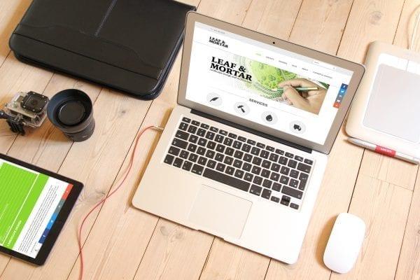 Maquete responsiva para portátil do site para a empresa Leaf Mortar