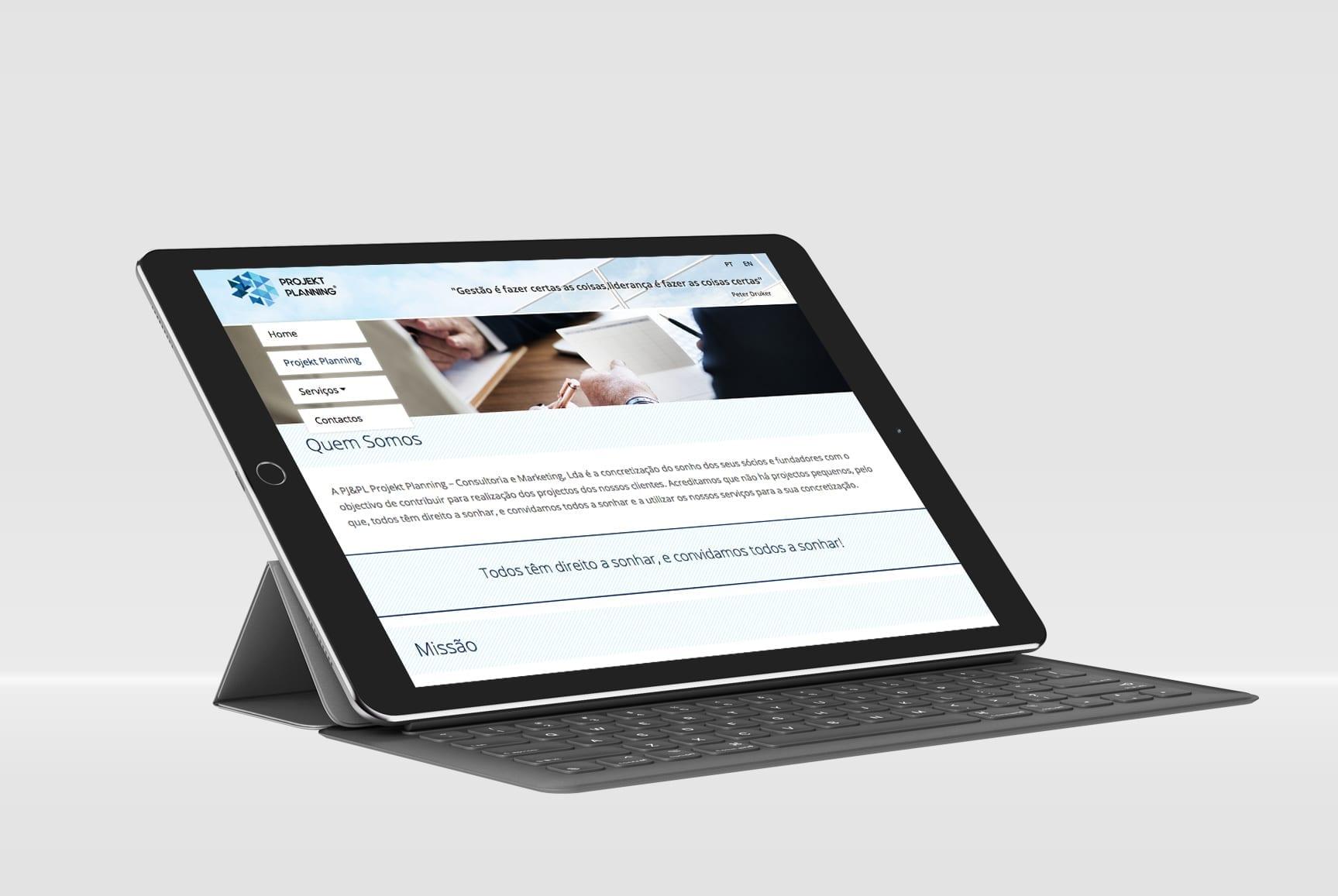 Tablet com template responsivo para a empresa Projekt Planning