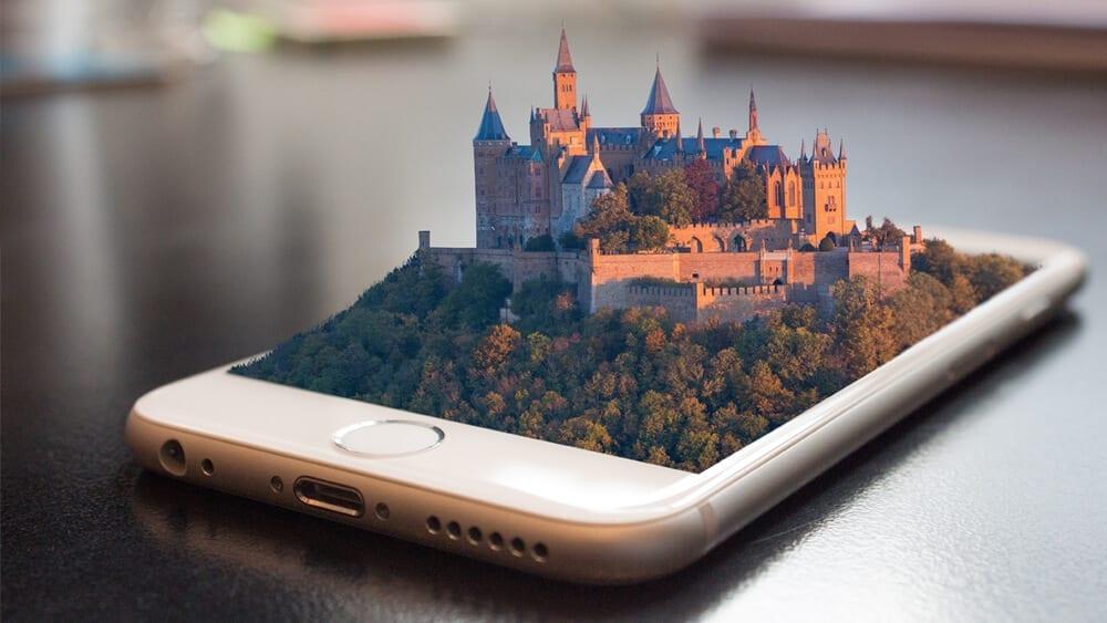 Desenho de um castelo usando a realidade aumentada e ambiente à volta.