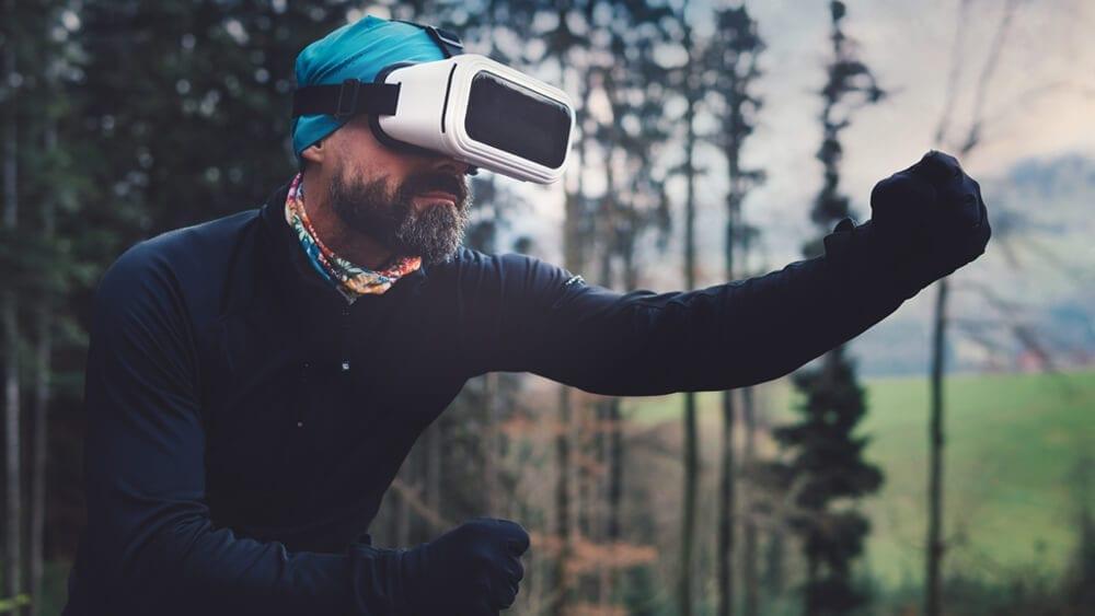 Homem com óculos de realidade virtual a praticar actividade física no exterior
