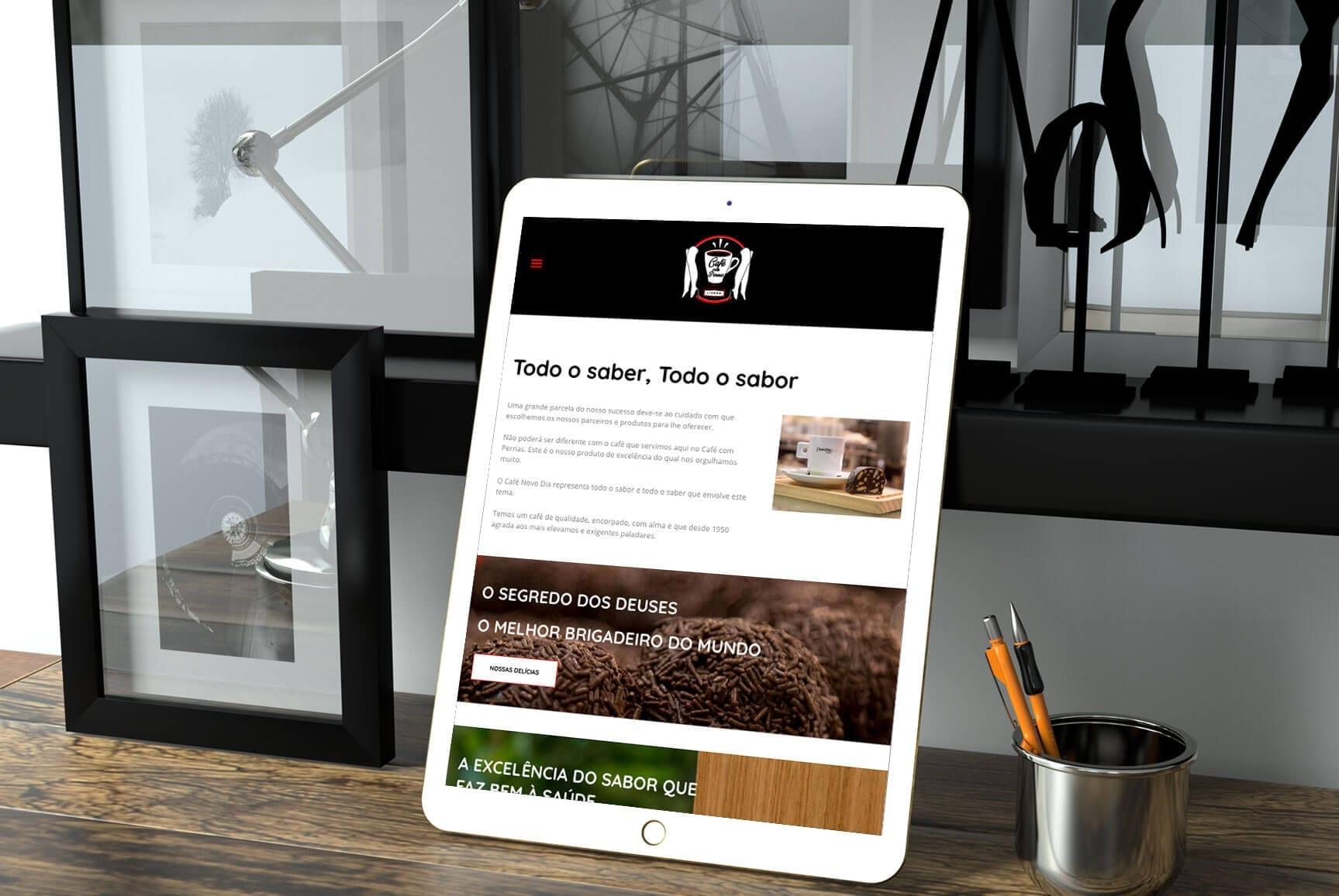 Tablet com layout responsivo do website Café com Pernas em Lisboa