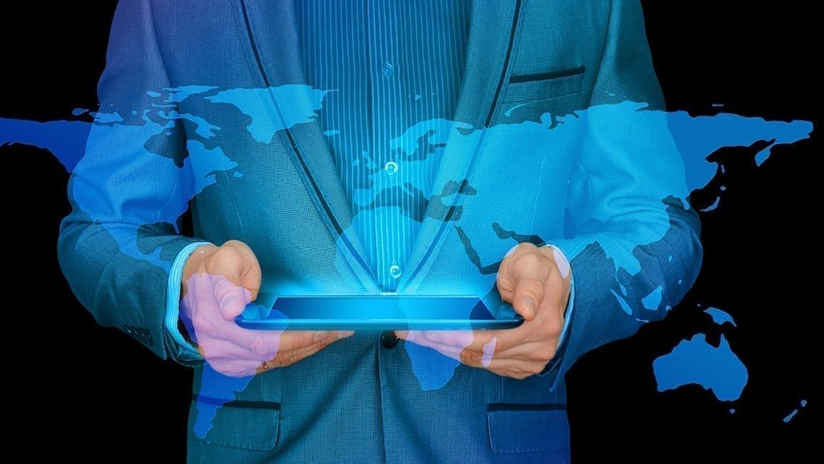 Profissional a navegar na internet num tablet