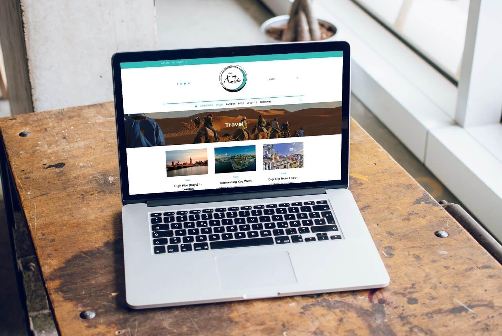 Portátil em cima de secretária com um exemplo de blogue (The Kay Kronicle)